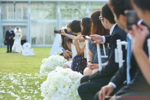koh-samui-wedding-yl-residence-bride-and-father-walking-into-aisle-guests-taking-photos-044